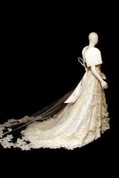 pearls & laces side view (my dream to have a Filipino wedding dress) Modern Filipiniana Gown, Filipiniana Wedding, Wedding Goals, Dream Wedding, Destination Wedding, Filipino Wedding, Filipino Fashion, Philippines Fashion, Pearl And Lace