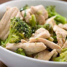 Куриная грудка с брокколи на ужин на 100грамм - 115.31 ккал Б/Ж/У - 18.67/3.92/1.76  Ингредиенты: Куриная грудка 2 штуки Капуста брокколи 1 штука Твердый сыр нежирный 250 г Йогурт натуральный 100 г Соль, зелень по вкусу  Приготовление: 1. Для приготовления салата отвариваем куриную грудку. Остужаем. Затем щипаем ее на мелкие кусочки руками. 2. Брокколи варим 4–5 минут в подсоленной воде. Остужаем. Режем большие соцветия на 3–4 части. 3. Смешиваем курицу и брокколи, добавляем тертый сыр и…