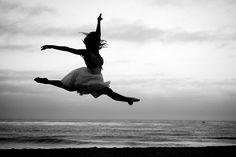 ballet-beach-black-and-white-dance-Favim.com-517990.jpg (500×334)