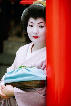 The geisha Satomi of Gion Kobu ~ at Yuuraku Inari Daimyojin Shrine