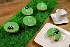 Witzige Amerikaner selber backen zur Fussball EM. Zubehör und Rezept. DIY Soccer Cake and ingredients.