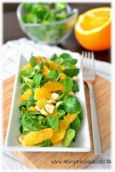 Feldsalat mit Orangen und gerösteten Haselnüssen