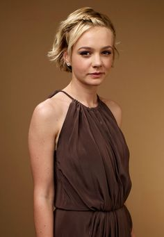 Carey Mulligan recently debuted in the West End play ' Skylight' and was… English Actresses, British Actresses, Hollywood Actresses, Beautiful Celebrities, Beautiful Actresses, Beautiful Women, Messy Hairstyles, Wedding Hairstyles, Hairstyle Ideas