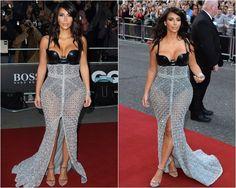 Quem? Quem? Quem? Kim! Kim! Kim! O motivo, não sei. Mas segundo a premiação GQ Men Of The Year Awards, Kim Kardashian é a mulher do ano. Ok. É a Kim, a gente conhece, vivemos olhando pra ela, pro corpão, pra maquiagem, pras roupas, pra filhinha… Que ela chama a atenção, isso é fato. E …