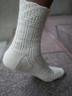 Ravelry: Jazz Strings Sock pattern by Anne Hanson Loom Knitting, Knitting Stitches, Knitting Socks, Hand Knitting, Knitting Patterns, Knit Socks, Anne Hanson, How To Purl Knit, Knit Purl