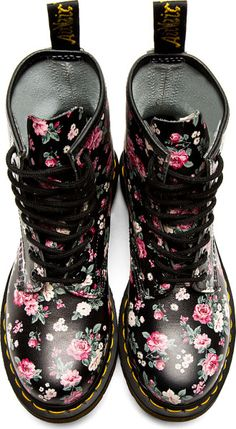 Doc Martens have been in style for almost 60 years, discover what made them so popular. We also discuss how to wear them in style! Doc Martens Outfit, Doc Martens Boots, Botas Dr Martens, White Doc Martens, Doc Martens Style, Cute Shoes, Me Too Shoes, Floral Dr Martens, Converse Chuck Taylor