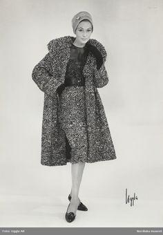 Modell i klänning och kappa i svart och vit tweed med organza 66459965132e4
