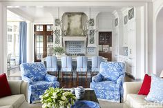 When they hired Suzanne Kasler to decorate their vacation home in Palmetto Bluff, South Carolina, homeowners Sonni and Paul Springman specifically requested a patriotic palette, along with nautical… Beach Cottage Style, Beach Cottage Decor, Coastal Style, White Beach Houses, South Carolina Homes, Carolina Beach, Style Français, Atlanta Homes, Family Room Design