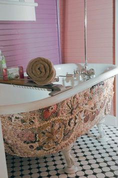 Shells Decorated Tub / I saw one of these in Wilmington NC one time / it was amazing!