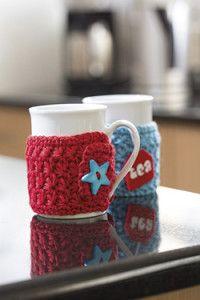 Creative Company | Vars gehekel: Beker-baadjie Creative Company, Craft Projects, Mugs, Tableware, Cosy, Gifts, Crochet, Presents, Crochet Hooks