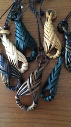 Pin by Barbara Paranihi on Creative Flax Weaving, Willow Weaving, Weaving Art, Basket Weaving, Leather Jewelry, Leather Craft, Maori Designs, Dread Beads, Quilted Ornaments