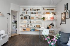 shelves in the dining room Lovely Apartments, Small Apartments, Types Of Wood Flooring, White Apartment, Compact Living, Home Furniture, Interior Decorating, Decorating Ideas, Sweet Home
