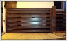 Portón de entrada principal lujoso con vista hacia el exterior materiales de calidad color duranodick. Portón de chapetones forrado de lam...