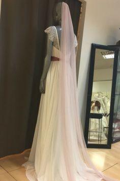 Las novias #innovias eligen velos de tul en cascada de color en la foto con el vestido de novia Petra de Innovias. Petra, Wedding Dresses, Wedding Ideas, Color, Fashion, Pink, Different Wedding Dresses, Bridal Veils, Bridal