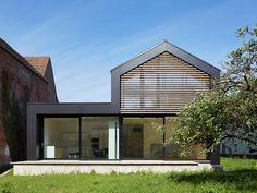 Schatten am Ortseingang: Wohnhaus in Nöttingen - DETAIL.de - das Architektur…