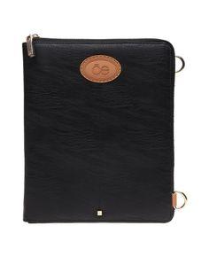 27c1fdaa7 Porta Ipad negro con superficie lisa, aplicación con logo, asa de hombro  ajustable y cierre. Material: Poliuretano y poliésterMedidas: de alto, ...