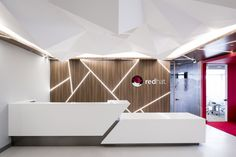 Red Hat Offices - Bogotá - 1 AEI Arquitectura e Interiores designed the offices of software company Red Hat, located in Bogotá, Colombia. The concept Reception Counter Design, Office Reception Design, Office Table Design, Hotel Reception, Dental Office Design, Lounge Design, Design Room, Office Interior Design, Office Interiors