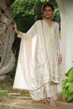 Eid Outfits Pakistani, Pakistani Formal Dresses, Pakistani Designer Clothes, Pakistani Dress Design, Ethnic Outfits, Indian Outfits, Indian Dresses, Desi Clothes, Indian Clothes
