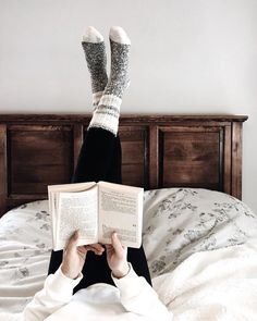 Reading in bed Book Aesthetic, Aesthetic Pictures, I Love Books, Books To Read, Flatlay Instagram, Book And Coffee, K Wallpaper, Book Nooks, Book Photography