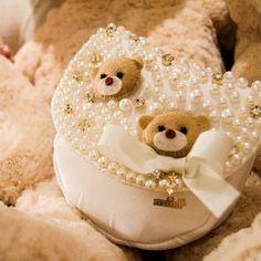 Bolsinha para encantar as meninas...Bordada a mão e com detalhe lindo de ursinho. 🔹Vendas atacado: (34) 3429-3100 🔹para informação sobre preço, tamanho e valores (34) 99248-0040 Baby Jewelry, Paper Flowers, Purses And Bags, Teddy Bear, Baby Baby, Products, Baby Bunting Bag, Handmade Purses, Fabric Handbags