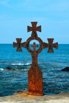 Vieille croix de fer sur la plage, sur le mont Athos
