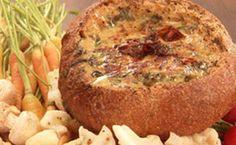 Chef ensina a preparar o molho e serve com pão italiano como aperitivo.