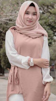 Pin Image by Hijabi Manis Beautiful Hijab Girl, Beautiful Muslim Women, Casual Hijab Outfit, Hijab Chic, Hijabi Girl, Girl Hijab, Young Fashion, Girl Fashion, Womens Fashion