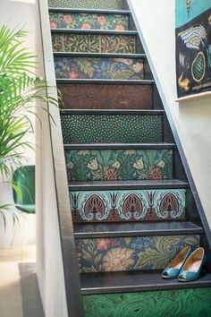 Laying wallpaper on stairs allows you to have an original, trendy, and colorful staircase (or not). Here, a staircase made with wallpapers by Cole and Son and Borastapeter, on sale at Au fil des Couleurs. Discover the tutorial of Marie Claire Idées. Inspirational Wallpapers, Home Wallpaper, Wallpaper Stairs, Home Deco, Cool Rooms, Home Decor, Painted Stairs, Farm House Living Room, Stairs