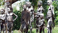 Na quarta-feira (9 de outubro), o pai de uma menina de três anos de idade, supostamente levou a sua filha para uma área arborizada e mordeu seu o pescoço, comendo a carne e sugando o seu sangue, relata o Post-Courier da Papua Nova Guiné.