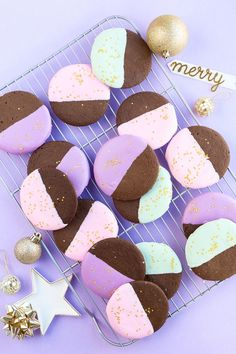So pretty! Color-dipped gingerbread cookies, and they're easy to make too. | Studio DIY