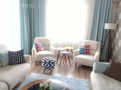 Daha önce evinin konuğu olduğumuz Fethiye hanım, evini dekore ederken her odada nötr renkleri seçmiş; desen, aksesuar ve renk ekleme konusunda çekimser davranmıştı. Şimdi yeniden konuk olurken, bizler...