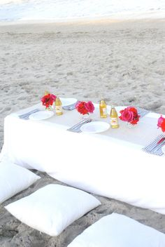 simple chic beach party idea Beach Picnic, Beach Party, Beach Dinner, Picnic Dinner, Dinner Parties, Picnic Table, 25th Birthday, Birthday Table, Throw A Party