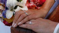 Приметы, которые связаны с золотым обручальным кольцом      Приметы, которые связаны с золотым обручальным кольцом — кольцо — одно из самых древних украшений, известных человечеству. Но больше всего мифов притягивает обручальное кольцо. Читать дальше Приметы, которые связаны с