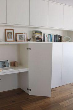 Matériel : – METOD, meuble de cusine – Planche de mélaminé – Equerres Description : Voici comment créer un espace bureau dans son séjour, sans pour autant avoir l'ordinateur et le bureau en visu permanente… Cette bidouille place l'espace de travail dans un placard ! C'est assez classique sauf qu'ici le placard est complètement intégré au séjour, ce qui est déjà une belle réalisation. Vous avez donc ici 2 bidouilles : les meubles de cuisine en enfilade, pour créer un espace de rangement…