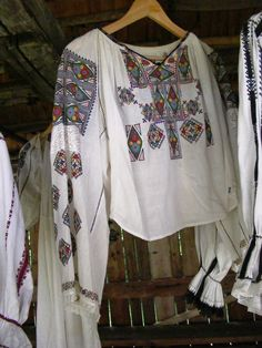 Traditional Romanian blouse (IIE) by Iia Calatoare Folk Costume, Costumes, Folk Embroidery, Fashion Sewing, Traditional Outfits, Bracelet Set, Hijab Fashion, One Piece, Fabric