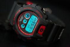 メッセンジャーバッグで人気の「マンハッタンポーテージ」は、「Gショック」とコラボレーションした時計を2013年6月29日から数量限定で直営店で販売する。価格は1万9950円。時計の特徴は、フェイスのバックライトが、ブランドの象徴「スカイライン」に浮かび上がったり、ベルト部分に創業年の「1983」がプリントされている点だ。両ブランドは共に30周年を迎え、「タフ」という性能を追求した共通のコンセプトを持つ。25周年の際もバッグのコラボレーションを行なっていた。