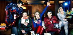 """O maior eventocrossoverdas séries de TV de super-heróis está chegando, e aEntertainment Weekly,com uma matéria especial sobre os episódios deThe Flash, Arrow, Legends of TomorroweSupergirl que compõem esse """"encontro"""", divulgou novas imagens oficiais, além de revelar oficialmente outras imagens que haviam sido previamente liberadas em baixa resolução! Os super-heróis da DC Comics no CW irão …"""
