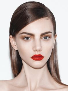 Love the whole look, matte eyeshadow, champagne eyeshadow on the inner corner, glossy red lips and sleek hair with parting on one side.