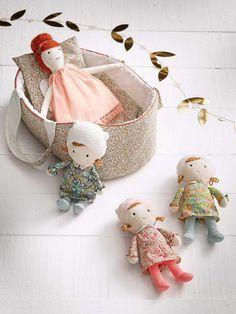 Souple et toute mignonne, la poupée en tissuporte à merveille le tissu Liberty. Son adorable petite frimousse et son style rétro séduira les plus pet