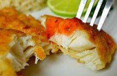 Рыба в кляре - вкусная тилапия Купленное филе необходимо порезать небольшими кусочками, примерно два на три сантиметра и посолить. Далее необходимо сделать кляр. Для этого понадобятся яйца и мука. В глубокой посуде надо взболтать три яйца и столовую ложку муки, добавить немного соли. Нарезанные кусочки макаются в кляр и выкладываются на горячую сковороду с подсолнечным маслом. Периодически переворачивая, рыба в кляре готовится около пятнадцати минут.