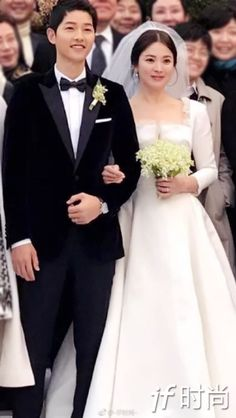 Descendants Of The Sun Wallpaper, Descendents Of The Sun, Songsong Couple, Song Joon Ki, Song Hye Kyo, Bridesmaid Dresses, Wedding Dresses, Modern Fashion, Love Story