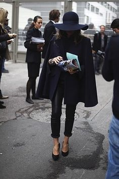 How ironic I have a black hat and a black cape that look just like this outfit. Looks like its time to break em out Fashion Blogger Style, Fashion Mode, Look Fashion, Street Fashion, Fashion Black, Net Fashion, Paris Fashion, Fashion Drug, Miami Fashion