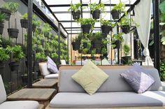 Taman gantung adalah solusi bagi yang menginginkan taman di halaman rumah yang sempit atau relatif tidak terdapat ruang untuk membangun taman. Sesuai naman