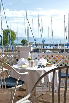 Genießen Sie in unserem gemütlichen Restaurant mit Wintergarten und erhöhter Seeterrasse nicht nur die kulinarischen Köstlichkeiten sondern auch den Blick über den Bodensee und die besondere Hafenatmosphäre.