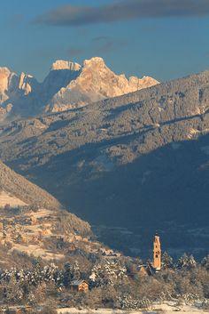 Il campanile della Pieve di Cavalese e le Pale di San Martino un'attimo prima del tramonto.  www.visitfiemme.it
