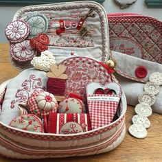 Like braid round clutch Sewing Case, Sewing Box, Sewing Quarter, Sewing Projects, Projects To Try, Dandelion Designs, Sewing Accessories, Hobbies And Crafts, Pin Cushions