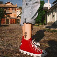 "tattoo rosas rose perna chuck taylor vermelho tatuagem (@raigarrcia) no Instagram: ""🌷"" All Star Outfit, Calf Tattoos For Women, Short Socks, Walk This Way, Estilo Retro, Looks Vintage, Powerpuff Girls, Aesthetic Fashion, Alternative Fashion"