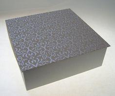 Dieser elegante Kasten ist mit beflocktem Papier bezogen,  das Unterteil des Kasten mit grauem Feinleinen und ausgekleidet mit sandfarbenen Papier.  E
