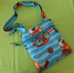 ... und was für kleine Piraten....  ...zum Umhängen ...voll cool...voll praktisch....  100% Einzelstück...100% handgemacht....100% mit viel Liebe  b 22 cm x h 24 cm   Für die Stabilität der Tasche, habe ich die Baumwolle wattiert. Außen mit einer praktischen Reißverschluss Tasche Die Tasche ist innen mit Baumwolle gefüttert und die Henkel bestehen auch aus Stoff und sind ca. 68 cm lang.  www.facebook.com/crazybirdy.handgemacht Shopper, Reusable Tote Bags, Facebook, Fashion, Zipper Bags, Pirates, Sachets, Amor, Cotton