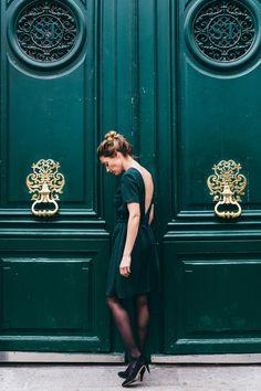 Découvrez notre toute dernière robe Danse idéale pour cet hiver. Son coloris vert sapin illumine joliment votre teint et se prête parfaitement aux fêtes de fin d'année alors que les sapins et branches de houx habillent nos pavés et nos maisons.  Le modèle séduit par sa coupe romantique et structurée. Avec son décolleté plongeant, cette pièce dévoile délicatement votre dos pour une allure chic et ultra féminine. Branches, Dressing, Chic, Inspiration, Plunging Neckline Outfits, Firs, Dance, Romantic, Homes
